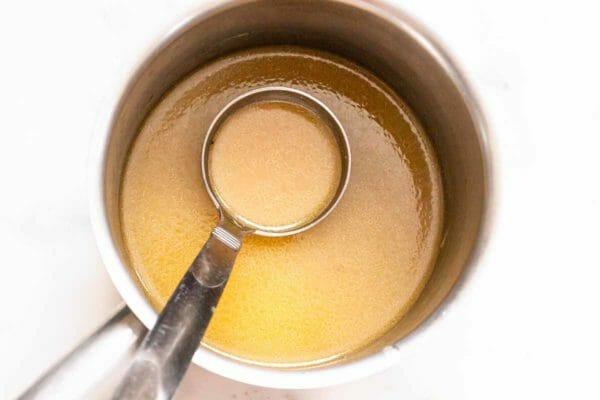 Muslos de pollo al horno terminan la salsa en la cacerola