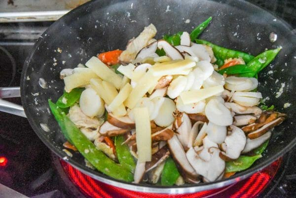 Pollo Moo Goo Gai Pan salteado todas las verduras