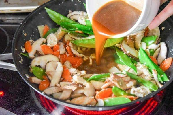 Receta fácil de Moo Goo Gai Pan agregue la salsa