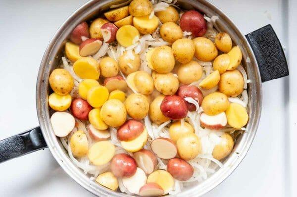 Herbes de Provence Fotografía francesa de arriba abajo de papas y cebollas en una sartén