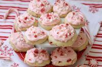 Las galletas de menta helada son galletas suaves y almohadas horneadas con caramelo de menta y cubiertas con crema de vainilla de menta y trozos de caña de caramelo.