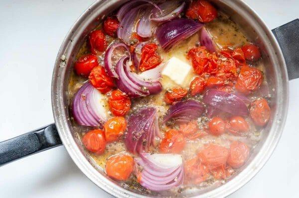 Sartén fácil Pollo-tomates, cebolla roja y mantequilla cocinar en una sartén