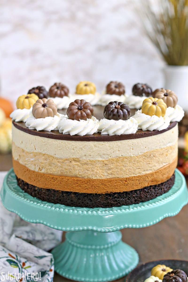 Pastel de calabaza con mousse de chocolate: un tiro recto del pastel que se muestra en el soporte de pastel. El | De SugarHero.com