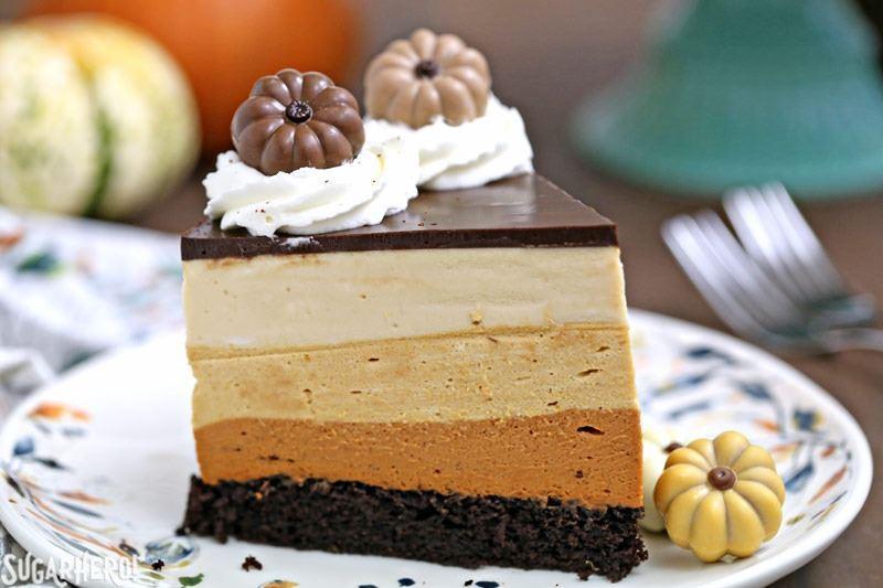 Pastel de calabaza con mousse de chocolate - A close up de una rebanada de pastel. El | De SugarHero.com
