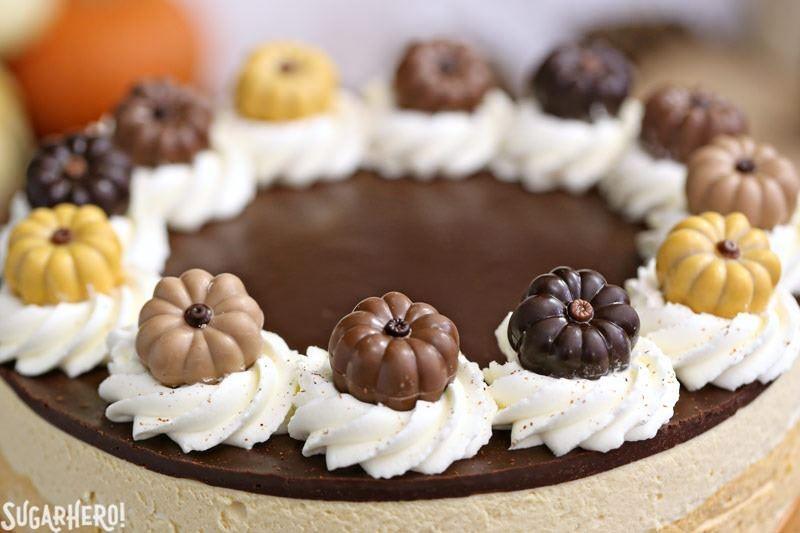 Pastel de mousse de calabaza y chocolate - Cerca de la parte superior del pastel. El | De SugarHero.com