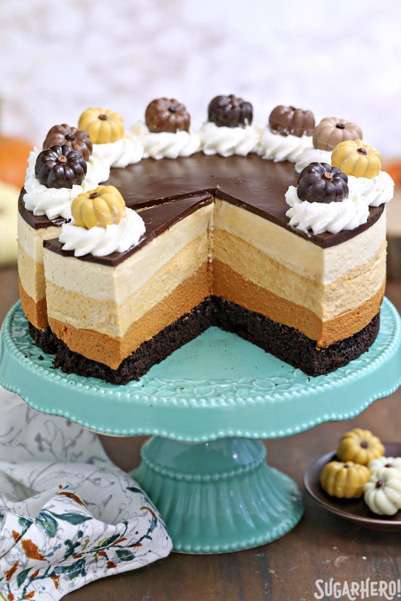 Pastel de mousse de calabaza y chocolate: el pastel que se muestra con piezas cortadas. El | De SugarHero.com