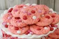 ¡Las galletas Strawberry Cake Mix son suaves y dulces y están hechas con solo 4 ingredientes! Súper simple de hacer estas lindas y festivas galletas para mezclar pasteles. El sabor a fresa es perfecto.