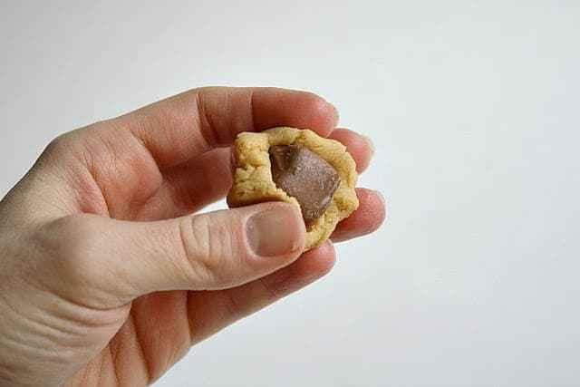 Las galletas Snickers de mantequilla de maní toman una receta increíblemente suave y deliciosa de galletas de mantequilla de maní, ¡y agregan una sorpresa Snickers en el medio!