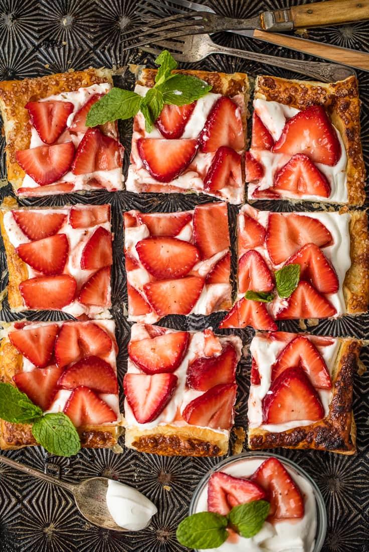"""tarta de hojaldre """"ancho ="""" 736 """"altura ="""" 1099 """"data-pin-description ="""" Esta receta de tarta de fresa es nuestro dulce dulce favorito de verano. ¡Esta fácil tarta de hojaldre es tan simple de hacer, y es deliciosa sola o cubierta con helado de vainilla! """"Srcset ="""" https://www.thecookierookie.com/wp-content/uploads/2016/05/easy- hojaldre-tarta-fresa-7-de-12.jpg 736w, https://www.thecookierookie.com/wp-content/uploads/2016/05/easy-puff-pastry-strawberry-tart-7-of -12-100x150.jpg 100w, https://www.thecookierookie.com/wp-content/uploads/2016/05/easy-puff-pastry-strawberry-tart-7-of-12-201x300.jpg 201w, https : //www.thecookierookie.com/wp-content/uploads/2016/05/easy-puff-pastry-strawberry-tart-7-of-12-480x716.jpg 480w, https://www.thecookierookie.com/ wp-content / uploads / 2016/05 / easy-puff-pastry-strawberry-tart-7-of-12-610x911.jpg 610w, https://www.thecookierookie.com/wp-content/uploads/2016/05 /easy-puff-pastry-strawberry-tart-7-of-12-300x448.jpg 300w """"tamaños ="""" (ancho máximo: 736px) 100vw, 736px """"/></p> <p>Coma esta tarta de hojaldre de fresa sola, directamente de la nevera, o caliéntela y cúbrala con helado de vainilla. No hay manera incorrecta. ¡Solo el sabor espera!</p> <blockquote> <p style="""