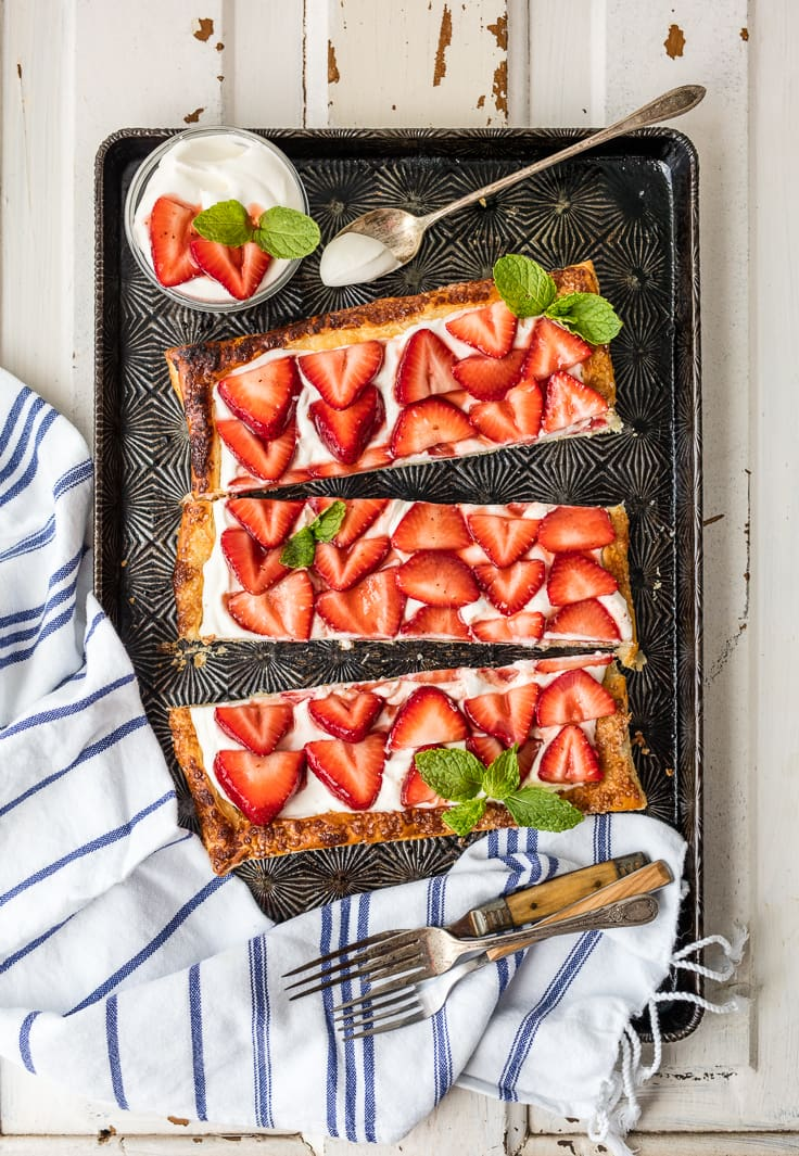 tarta de fresa en una bandeja para hornear