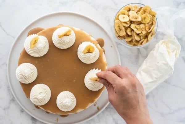 Receta de pastel de queso Banoffee fácil tarta y tazón de plátanos
