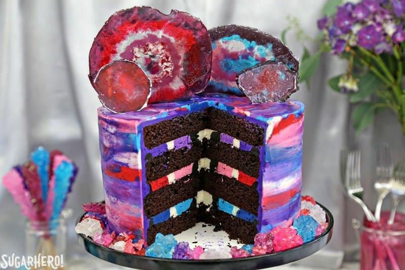 Pastel de ágata, cortado en rodajas para mostrar el interior del pastel de chocolate y relleno de crema de mantequilla multicolor a rayas   De SugarHero.com