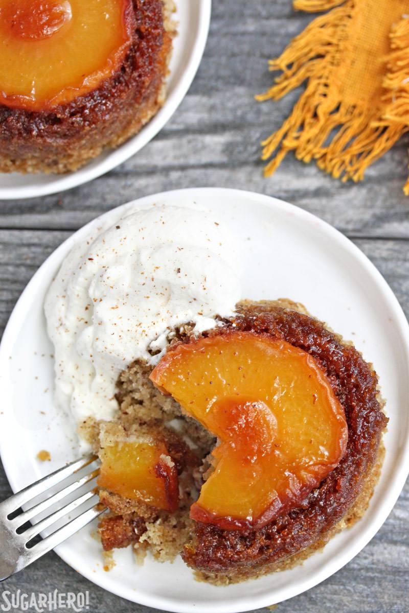 Pasteles de melocotón al revés con un mordisco sacado | De SugarHero.com