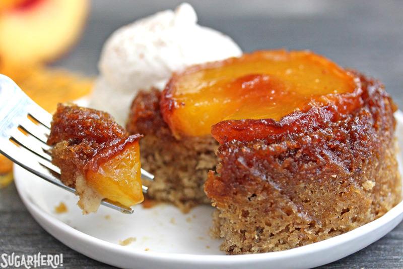 Primer plano de un bocado de pasteles invertidos de durazno | De SugarHero.com