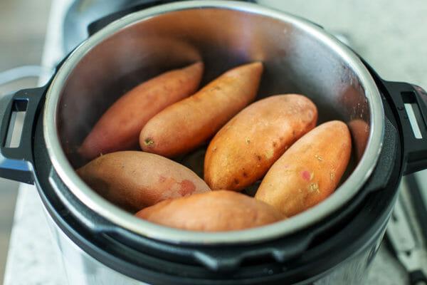 Batatas Rellenas con Pollo BBQ agregue las batatas