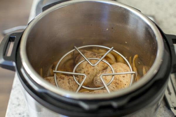 Cómo hacer batatas en la olla instantánea agregue la rejilla a la olla
