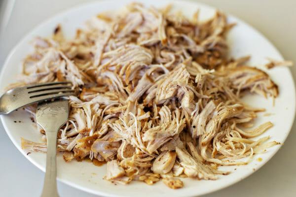 Instant Pot Sweet Potatoes con BBQ Chicken desmenuzar el pollo
