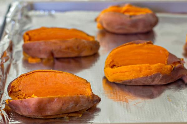 Olla a presión batatas con pollo a la barbacoa dividir las papas abiertas