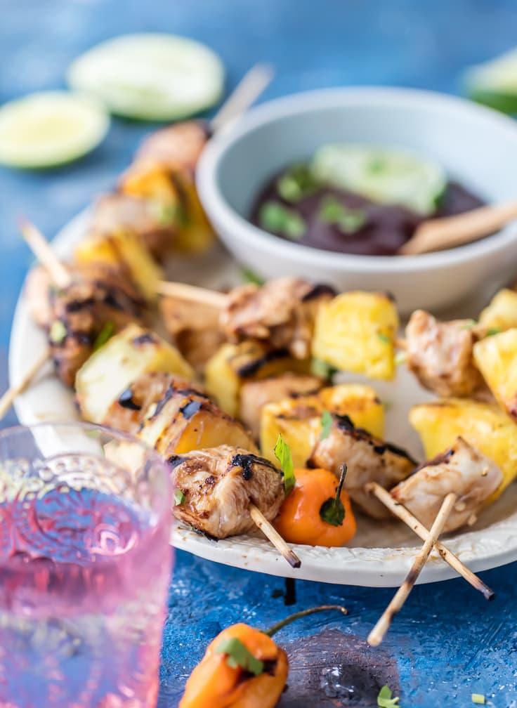 ¡Los KEBABS DE POLLO A LA BARBACOA HABANERO PICANTES son nuestra receta favorita de parrilla fácil de verano! ¡Tanto sabor y mezcla de dulce y picante en estos pinchos! ¡La mejor receta de barbacoa para el verano!
