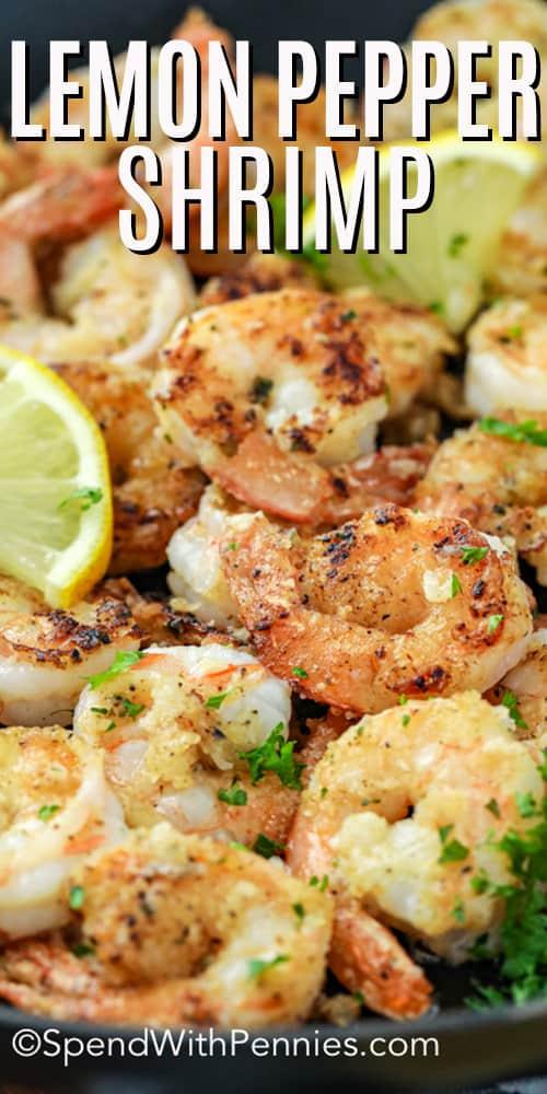 Ciérrese para arriba del camarón de la pimienta del limón en una sartén.