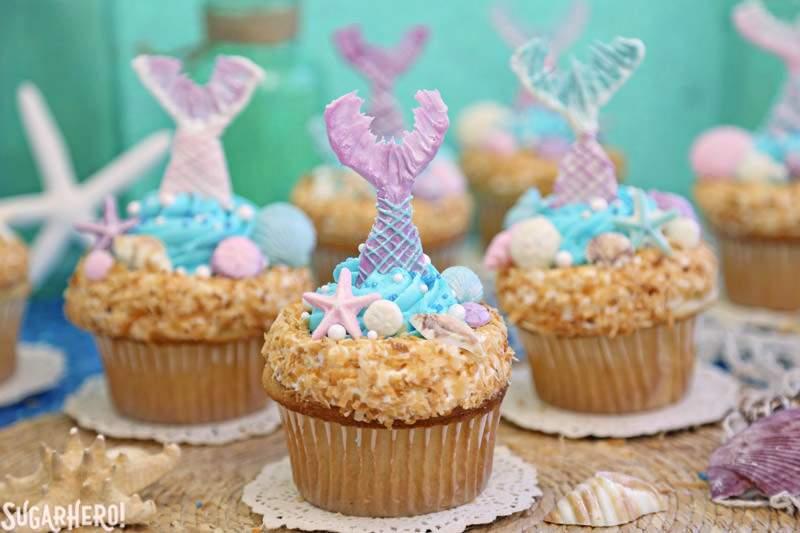 Cupcakes de sirena: una agrupación de cupcakes de sirena preciosos, con colas de sirena de chocolate | De SugarHero.com