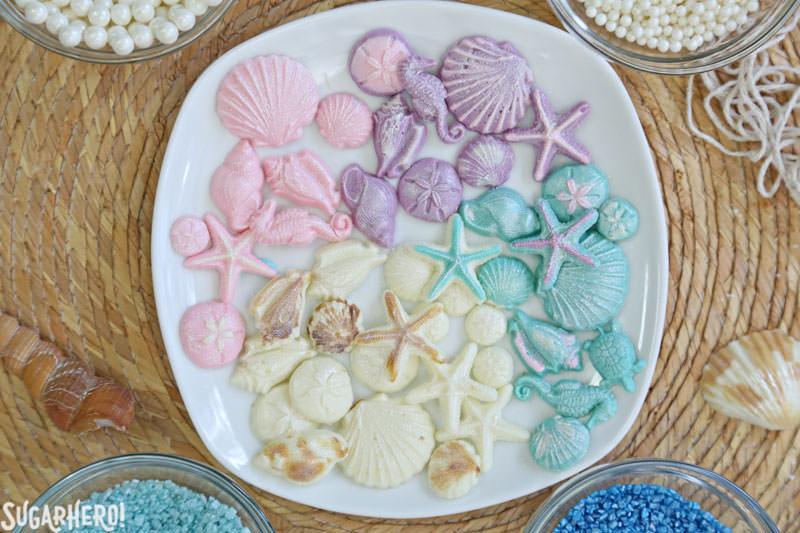 Conchas de chocolate para cupcakes de sirena | De SugarHero.com