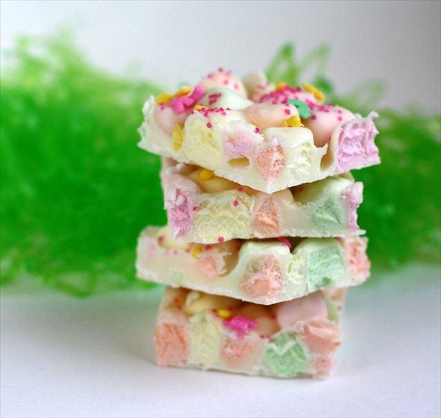¡Easter Marshmallow Bark es uno de mis postres favoritos de Pascua! Solo 4 ingredientes y unos minutos para hacer este lindo y festivo regalo de Pascua. ¡Todos disfrutan de nuestra Pascua Marshmallow Bark!