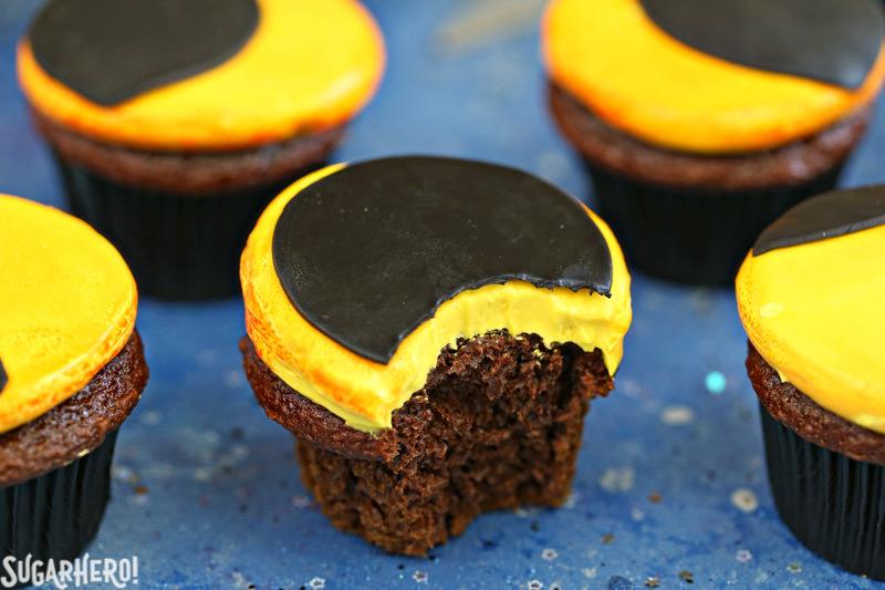 Eclipse Cupcakes con una mordida sacada de ella   De SugarHero.com