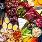 Cómo hacer una tabla de charcutería saludable llena de proteínas