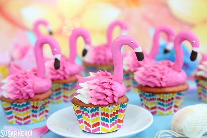 Pastelitos de flamenco con limonada rosada y cabezas de flamenco con fondant | De SugarHero.com