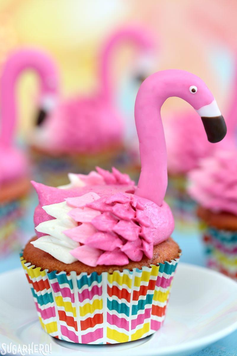 Primer plano de pastelitos de flamenco rosado con limonada y cabezas de flamenco de fondant | De SugarHero.com