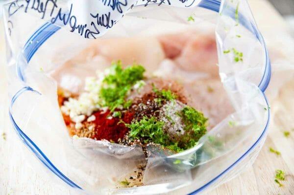 Chicken Freezer Meal - bolsa ziploc con pollo, hierbas y especias