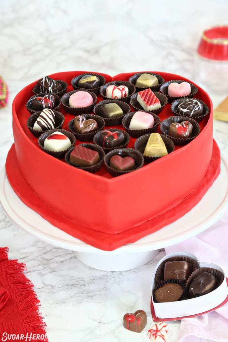 Caja de pastel de chocolate - imagen vertical de pastel en el soporte de pastel blanco | De SugarHero.com