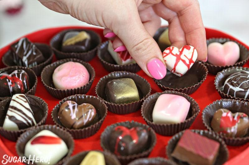 Caja de pastel de chocolate - colocando un chocolate casero en una taza de chocolate | De SugarHero.com