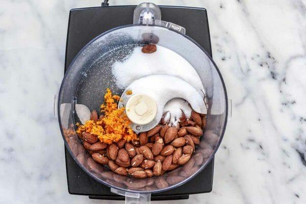 Pastel de harina de almendras con ruibarbo: almendras, azúcar y ralladura de naranja en procesador de alimentos