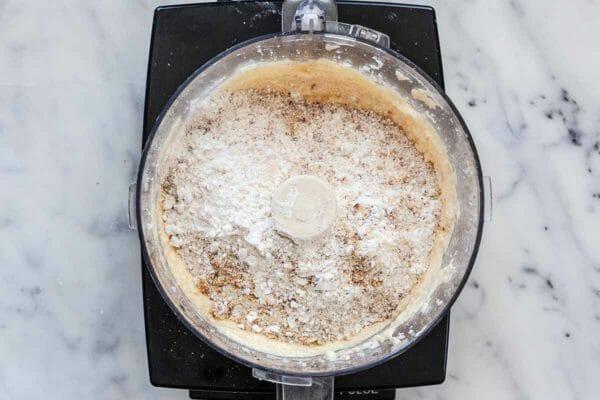 Pastel de sartén con ruibarbo - ingredientes de pastel de ruibarbo en procesador de alimentos