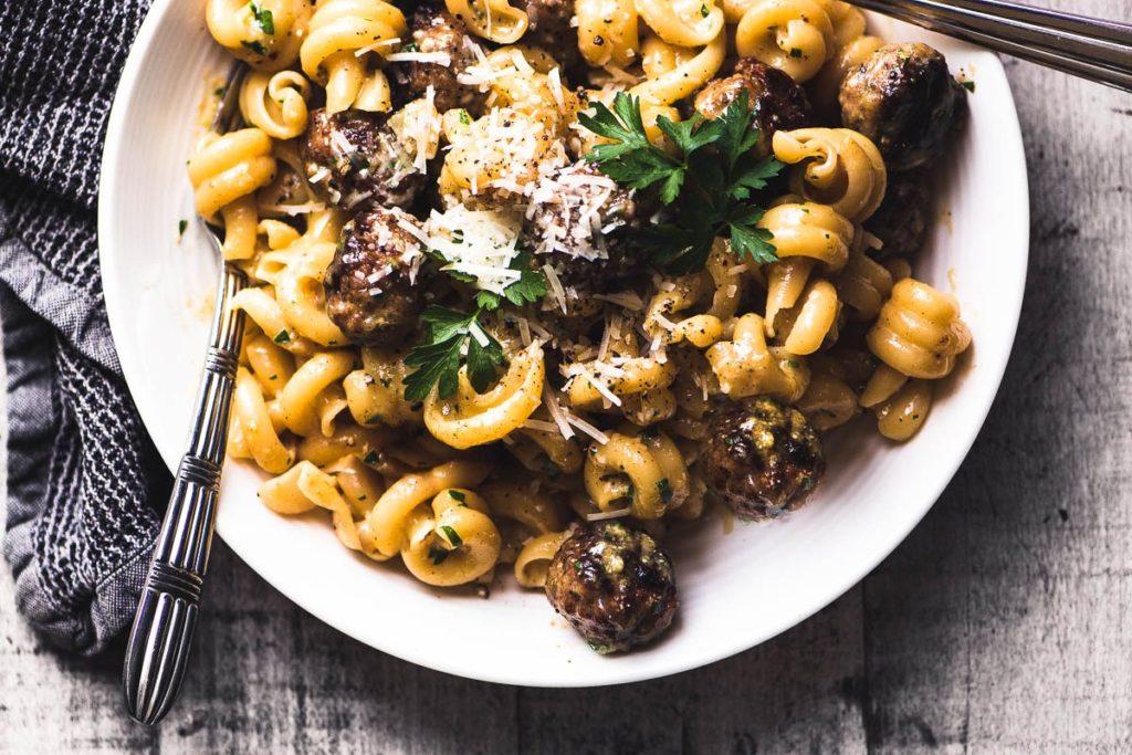 Fotografía de arriba de un plato de Easy Sausage Carbonara de Jamie Oliver con tenedor y servilleta