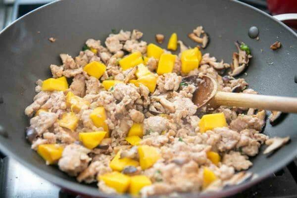hacer relleno de pollo con mango para envolver lechuga