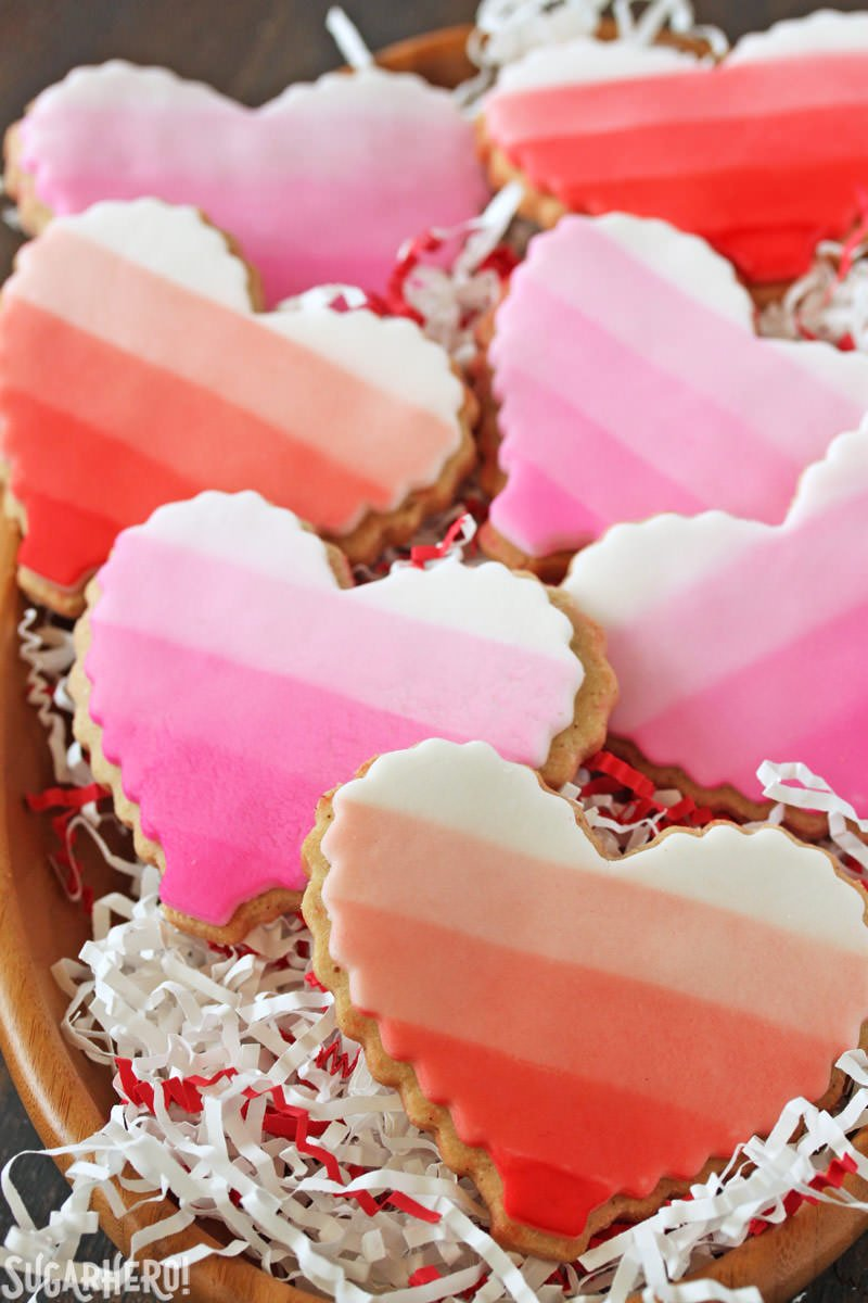Brown Butter Heart Cookies - galletas ombre apiladas en un bol con papel festivo | De SugarHero.com