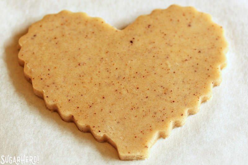 Brown Butter Heart Cookies: primer plano de una galleta recortada lista para hornear | De SugarHero.com