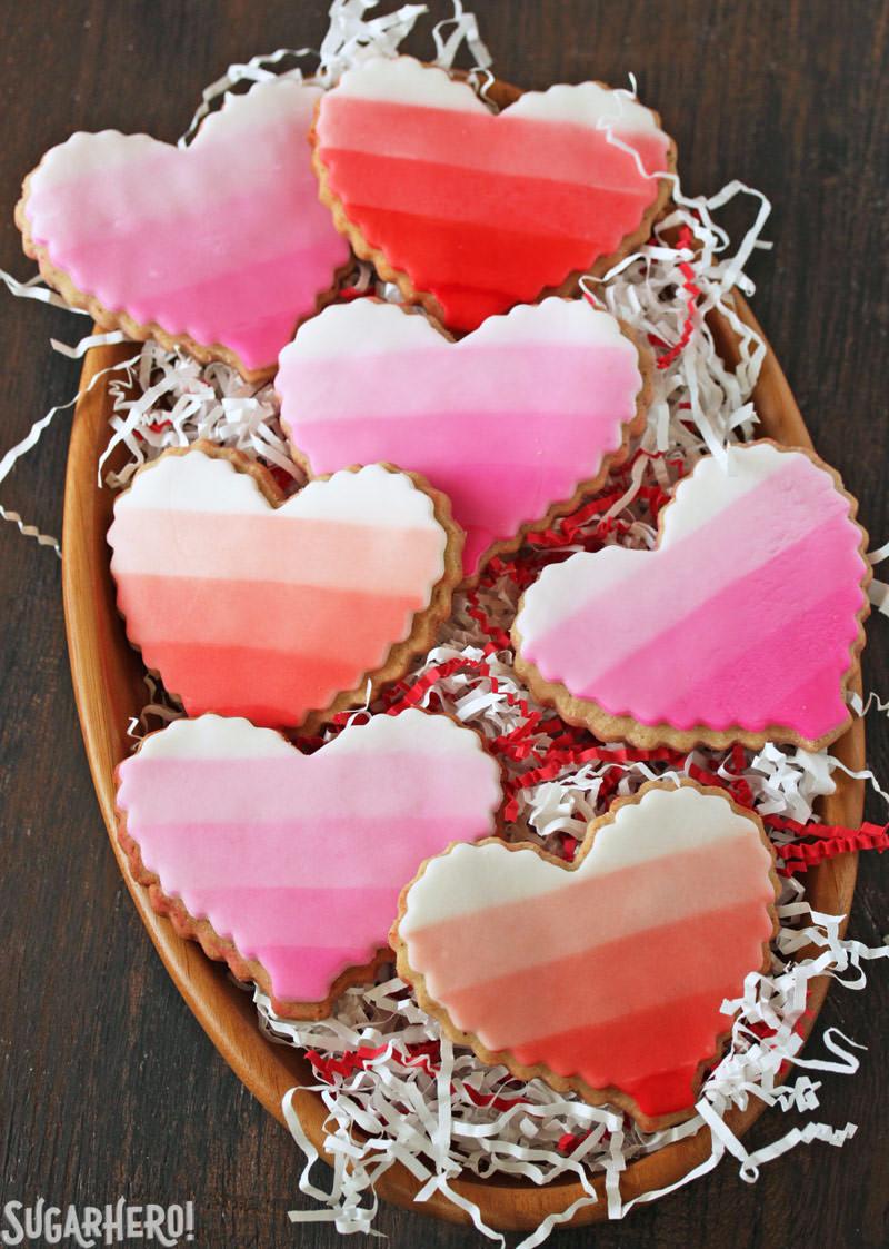 Brown Butter Heart Cookies - galletas de azúcar ombre en un tazón de madera | De SugarHero.com