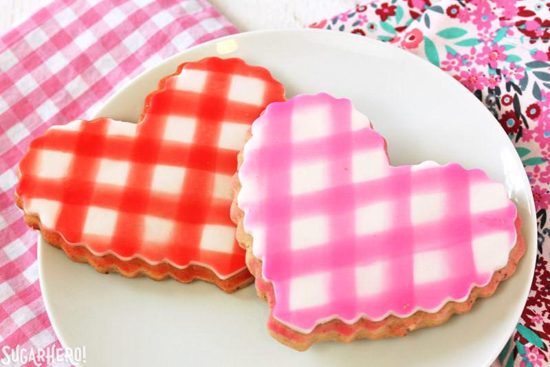 Brown Butter Heart Cookies: dos galletas con placas de fondant de guinga en la parte superior | De SugarHero.com