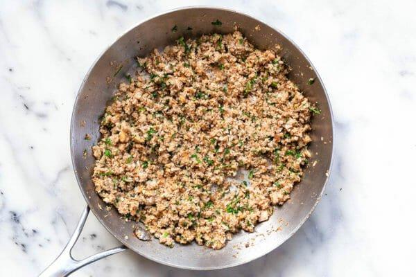 Relleno cocido para champiñones rellenos: tallos de champiñones, nueces, chalotes y ajo