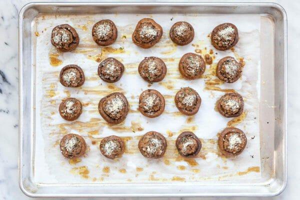 Tapas de champiñones al horno en una bandeja para hornear, listas para comer