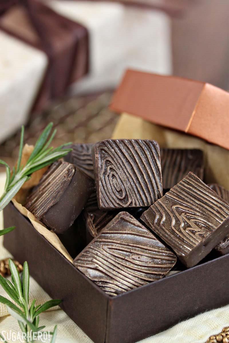 Trufas de frambuesa y romero - caja de trufas de chocolate cuadradas con patrón de grano de madera | De SugarHero.com