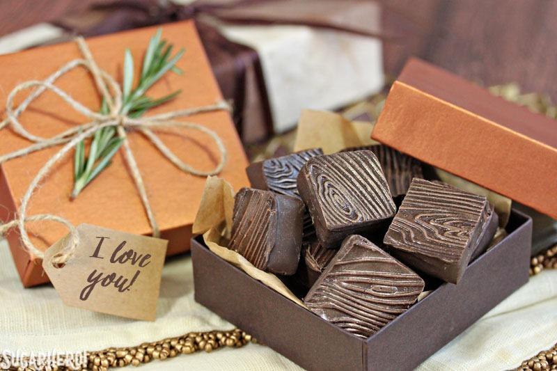 Trufas de frambuesa y romero - caja de trufas de chocolate, envuelta con hilo, una ramita de romero y un