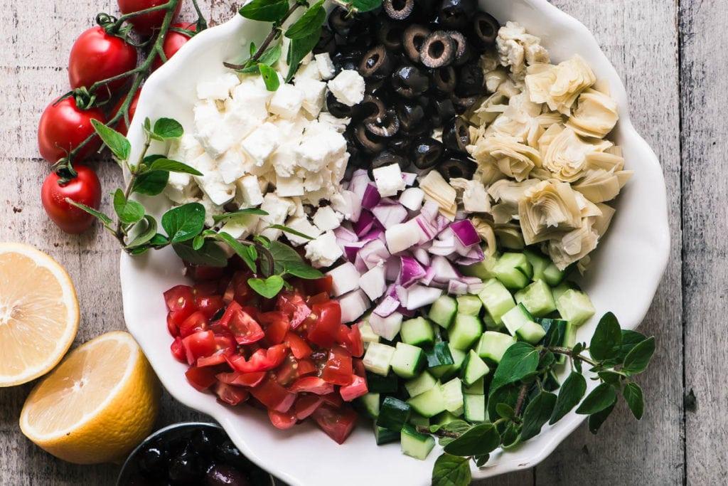 ingredientes para ensalada griega picada dispuesta en un tazón