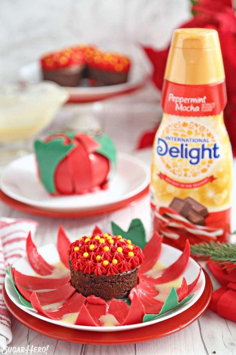 Flores de chocolate en flor - flor de chocolate abierta junto a una botella de crema de café moca de menta | De SugarHero.com