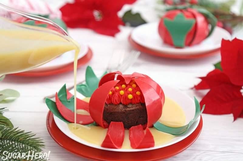 Blooming flores de chocolate: tiro de acción vertiendo crema caliente alrededor de la base de una flor de chocolate | De SugarHero.com