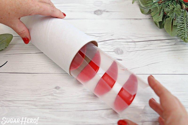 Blooming Flowers de chocolate - enrollando pétalos de chocolate en un tubo de cartón para crear pétalos perfectamente curvados | De SugarHero.com